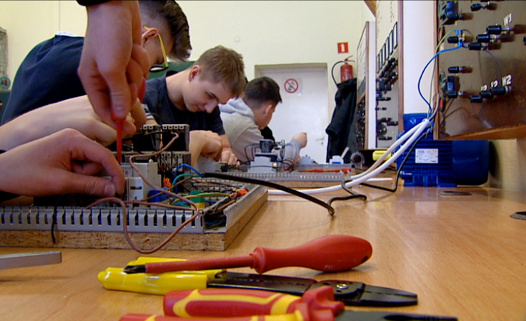 Programują, projektują i montują – uczniowie elektryka w akcji