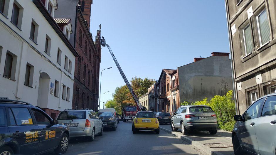 Strażacy zabezpieczają krzyż na Klasztorze Redemptorystów w Krakowie (4)
