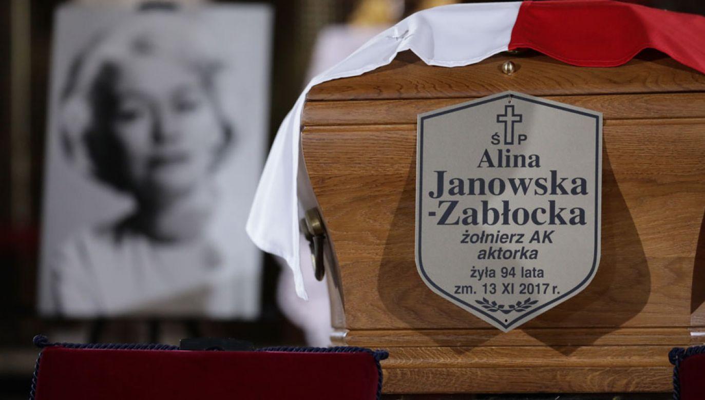 Rodzina, przyjaciele, współpracownicy, a także przedstawiciele władz pożegnali Alinę Janowską (fot. PAP/Tomasz Gzell)