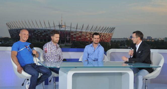 Maciej Kurzajewski razem goścmi (fot. TVP/ I. Sobieszczuk)