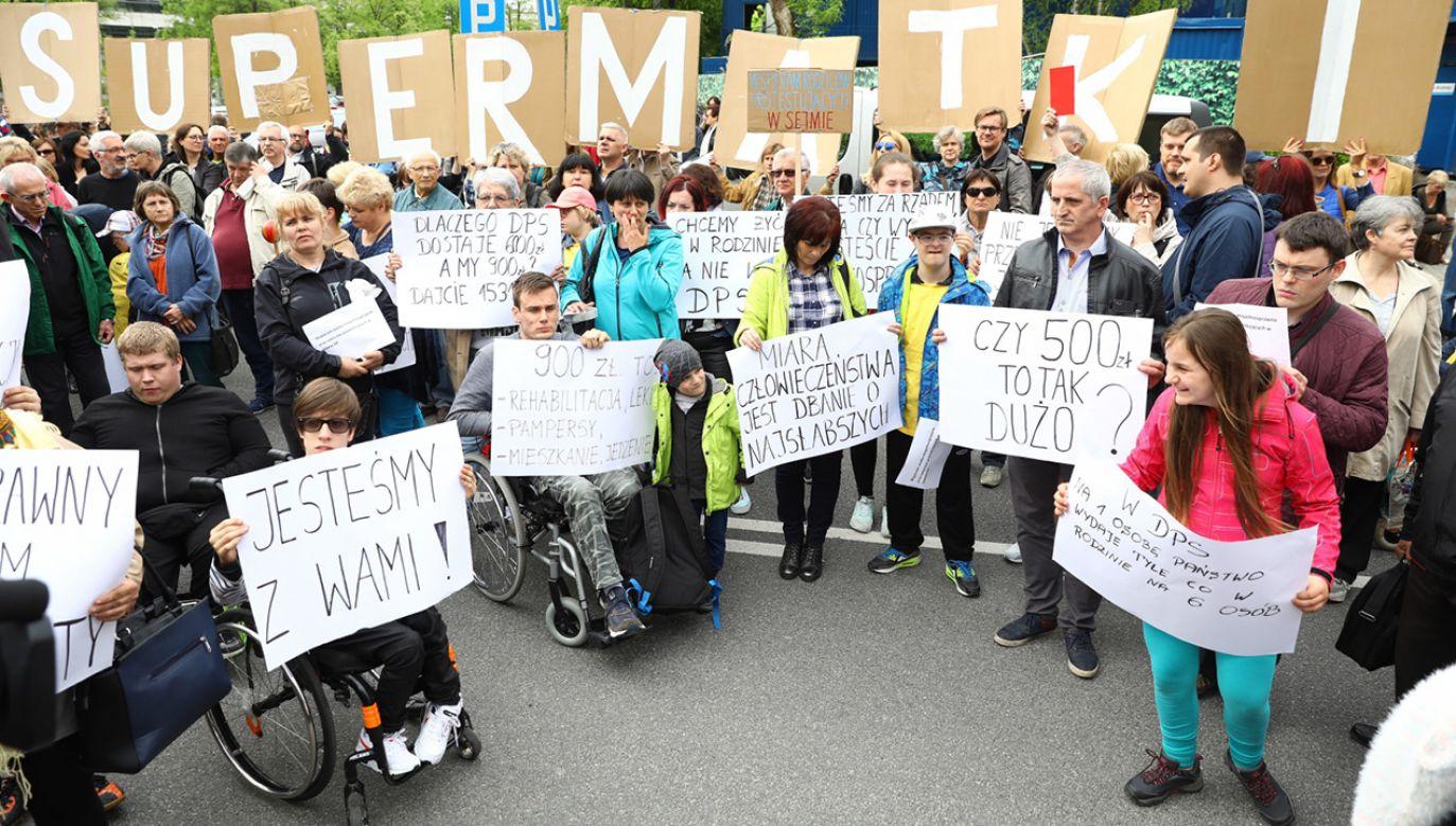 Manifestacja osób wspierających opiekunów i rodziców niepełnosprawnych przed biurem przepustek Sejmu (fot.  PAP/Rafał Guz)