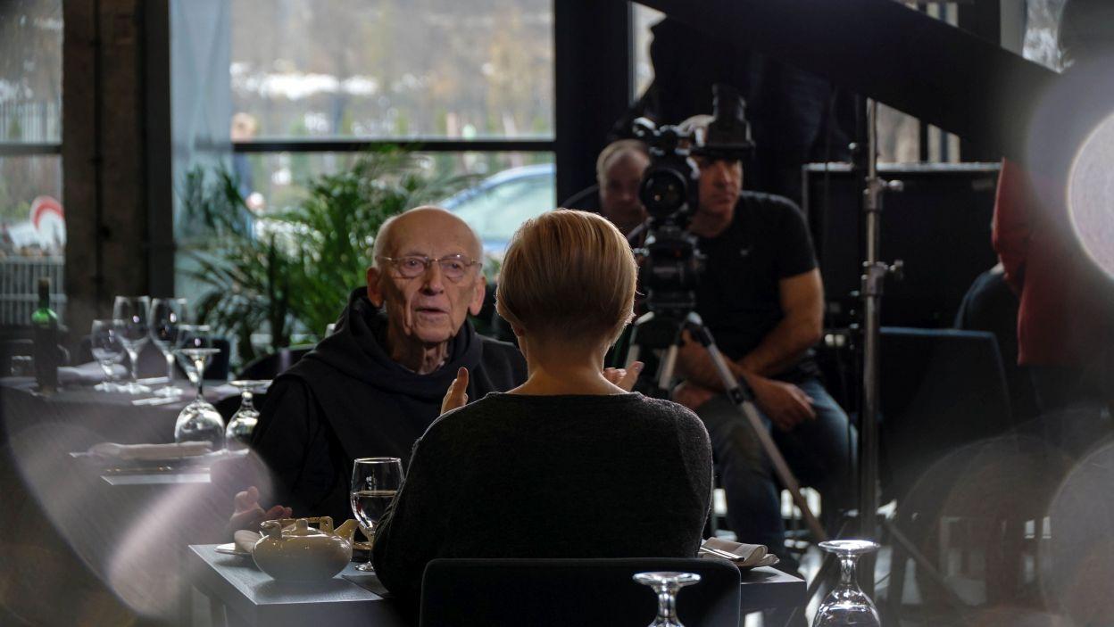 O. Leona Knabita przepytuje Judyta Syrek (fot. TVP)