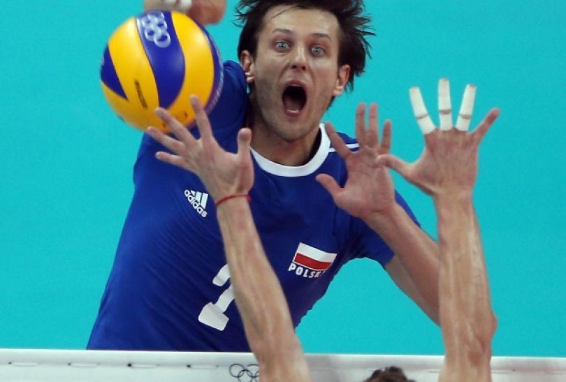 Michał Winiarski przepycha piłkę na drugą stronę (fot. Getty Images)