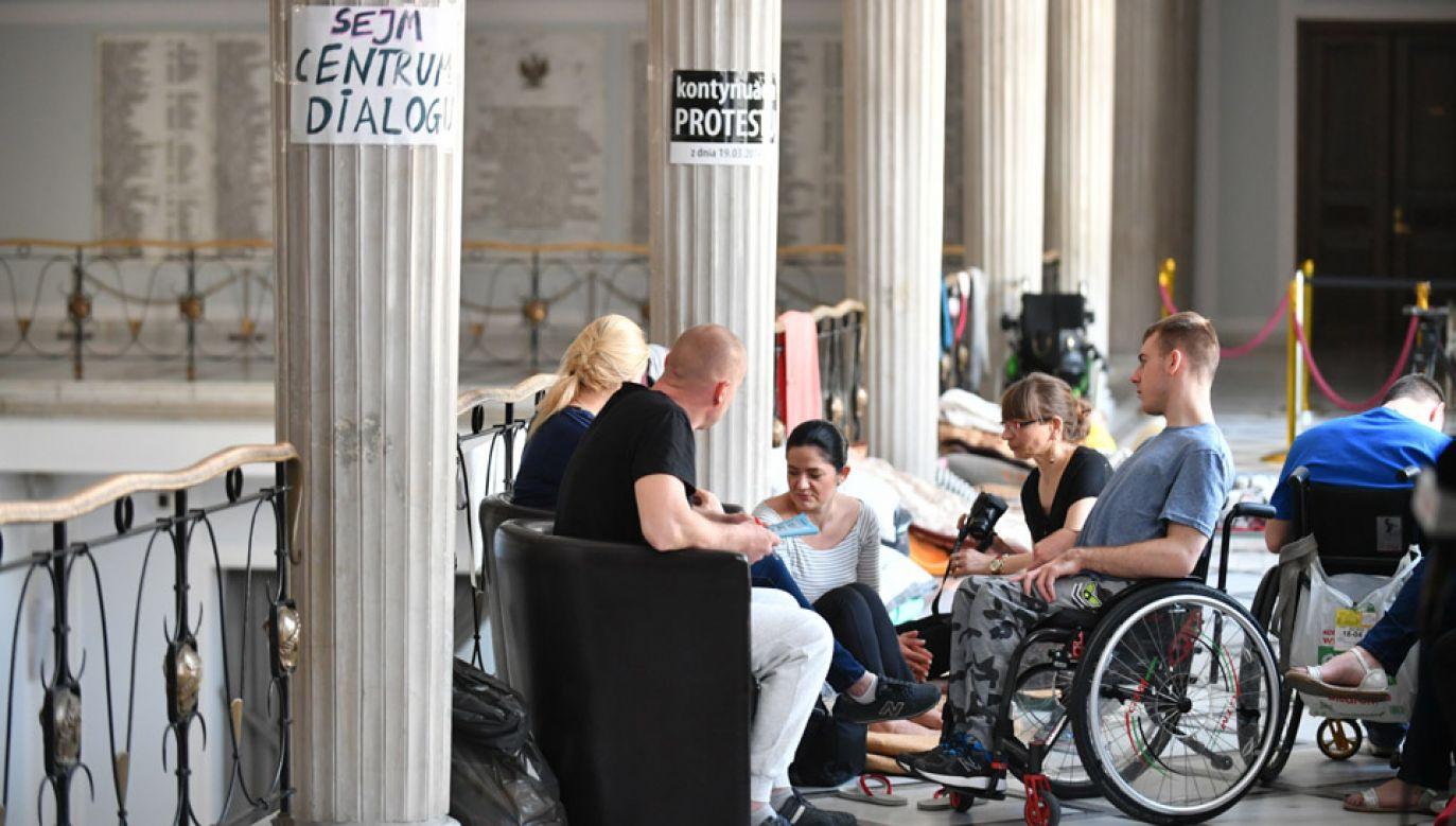 W Sejmie trwa protest rodziców osób niepełnosprawnych oraz ich podopiecznych (fot.  PAP/Bartłomiej Zborowski)