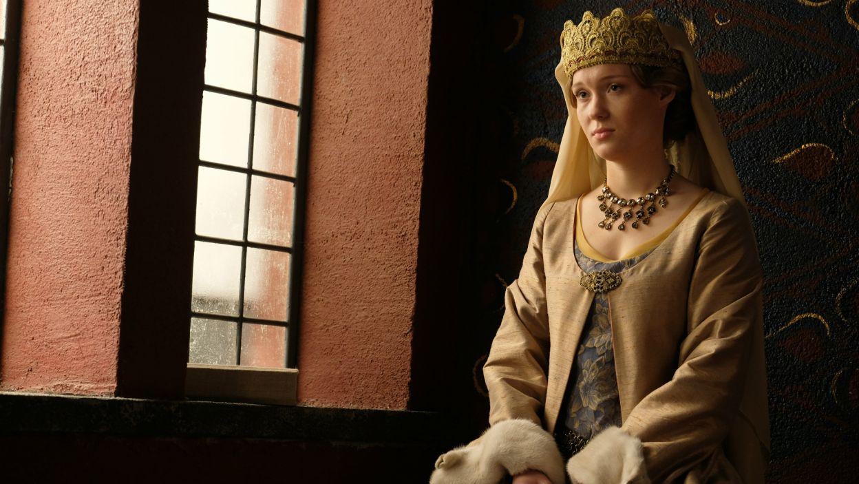 Anna słucha historii o złamanym sercu Audre i przypomina sobie początki małżeństwa z Kazimierzem (fot. M. Makowski/TVP)