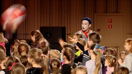 """Młodzi melomani grali w piłkę w filharmonii. Widowisko """"Lunapark"""""""