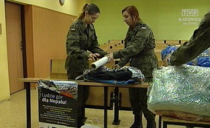 Uczniowie przygotowują i zabezpieczają dary przed uszkodzeniem podczas transportu.