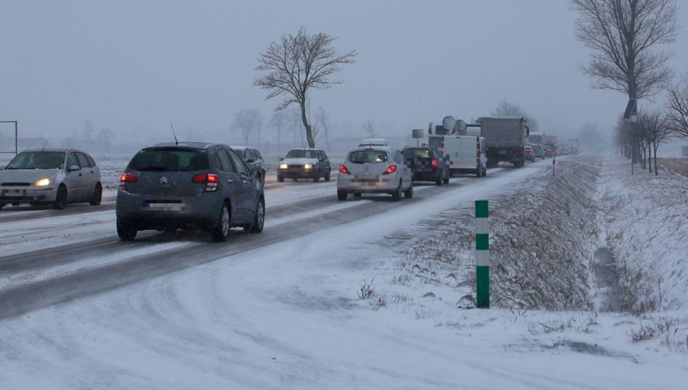 W całym kraju warunki na drogach są trudne (fot. PAP/Tomasz Wojtasik)