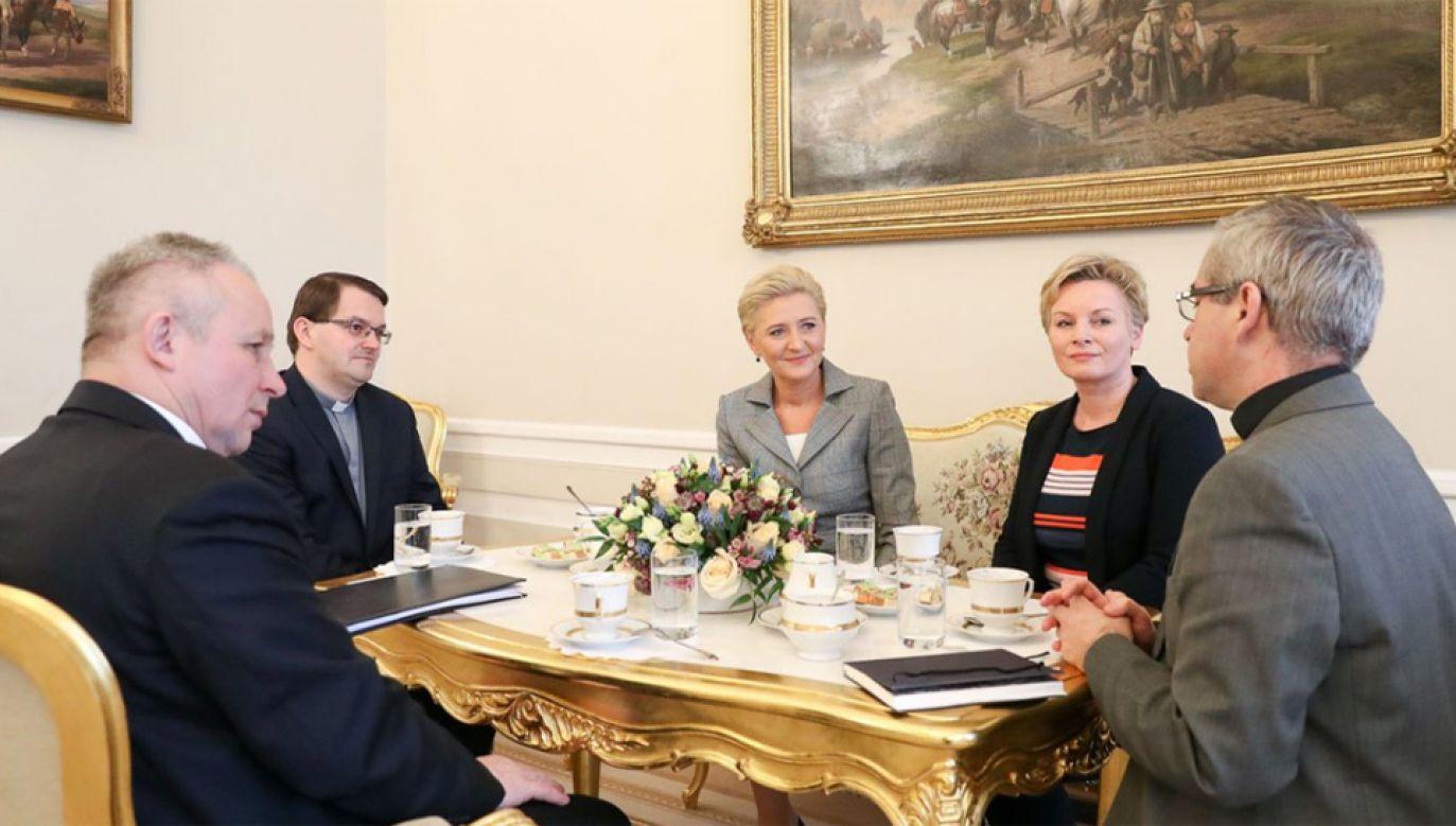 Pierwsza dama rozmawiała z dyrektorem Caritas (fot. KPRP/Grzegorz Jakubowski)