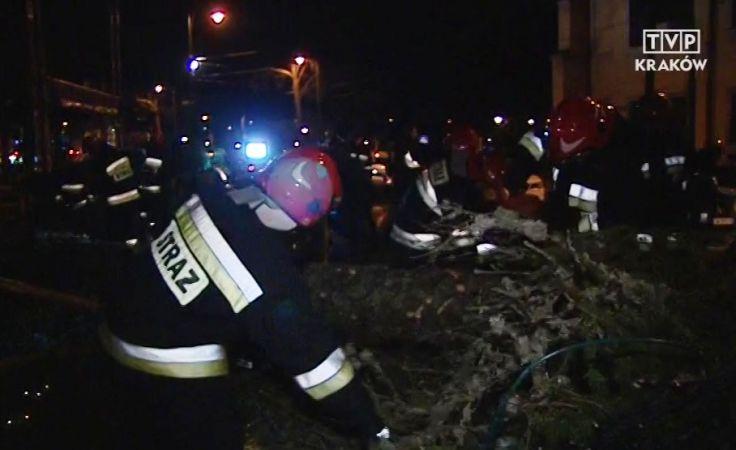 Silny wiatr przewrocił w sobotę wieczorem 21-metrową choinkę pod Oknem Papieskim