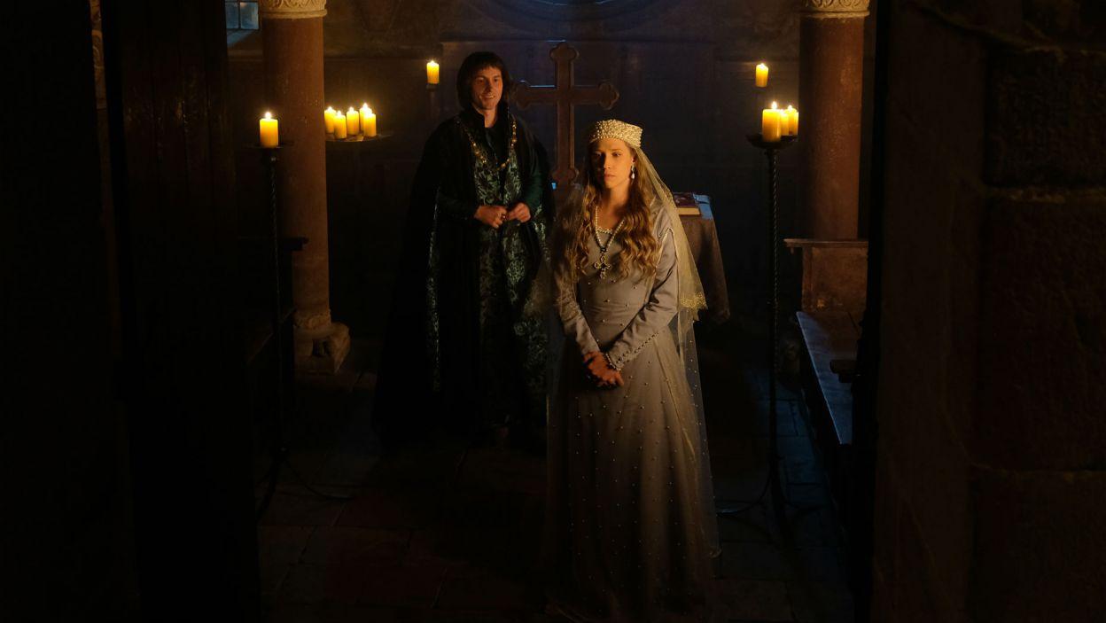 Po ślubie Elżbieta nie chce iść od razu do komnaty. – Do kaplicy mnie prowadzisz? – dziwi się mąż (fot. TVP)