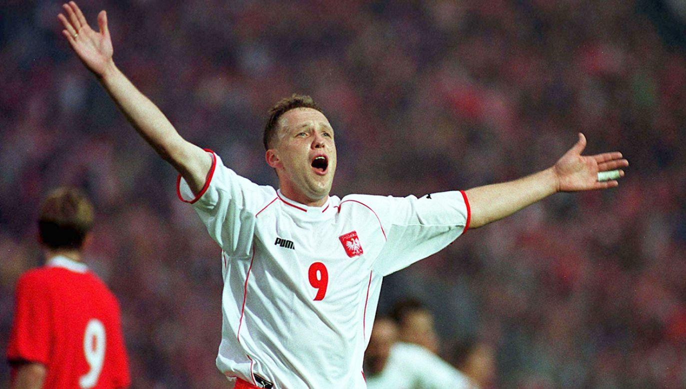 Paweł Kryszałowicz podczas  meczu grupy piątej eliminacji piłkarskich mistrzostw świata 2002 z Norwegią w Chorzowie (fot.  arch.PAP/ROMAN KOSZOWSKI)
