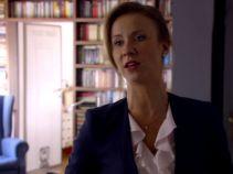 Tymczasem Marta zatrzaskuje się w domu i musi czekać na swojego wybawcę, Krzystjana... (fot. TVP)