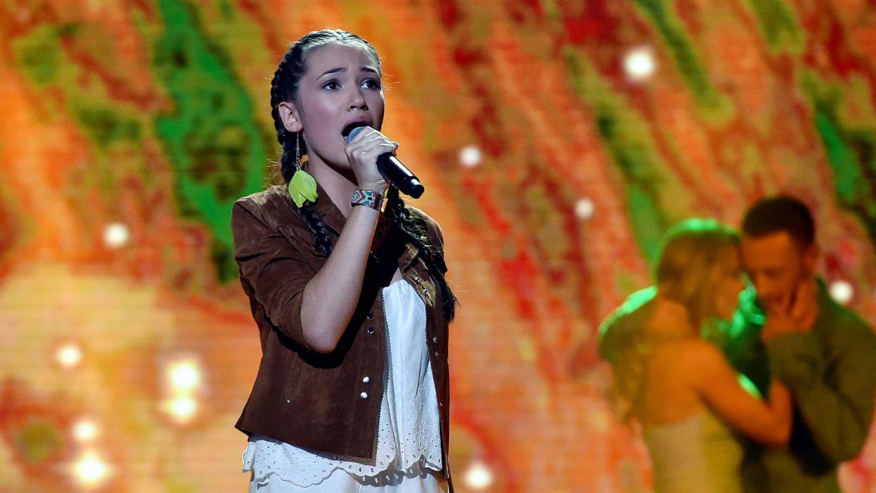 """Alicja Szemplińska zaśpiewała piosenkę """"Kolorowy wiatr"""" z filmu """"Pocahontas"""". Było super, ale Bartek Caboń błagał: """"Alu, nie łkaj…"""" (fot. Ireneusz Sobieszczuk/TVP)"""