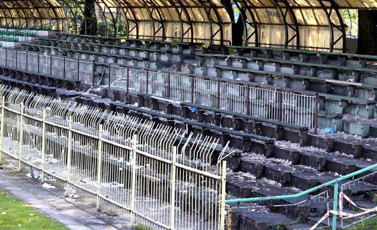 Trybuna na stadionie Concordii w Knurowie. Foto. PAP/Andrzej Grygiel