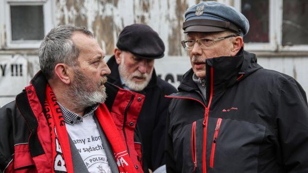 Zygmunt Miernik (z lewej) podczas konferencji prasowej przed Sądem Najwyższym (fot. PAP/Rafał Guz)