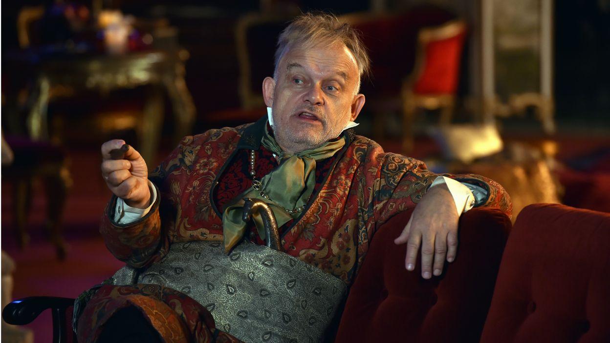 W najnowszej inscenizacji, w rolę tytułową wcielił się Adam Ferency (fot. I. Sobieszczuk/TVP)