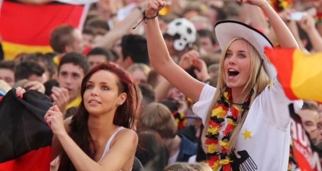 Reprezentanci Niemiec mogli w piątek liczyć na gorący doping swoich fanek (fot. Getty Images)