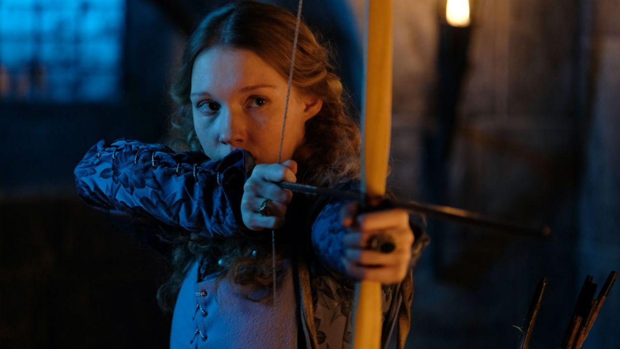 Królowa Anna odważnie kieruje obroną zamku. Żona Kazimierza nie waha się celować z łuku w duchownego (fot. TVP)