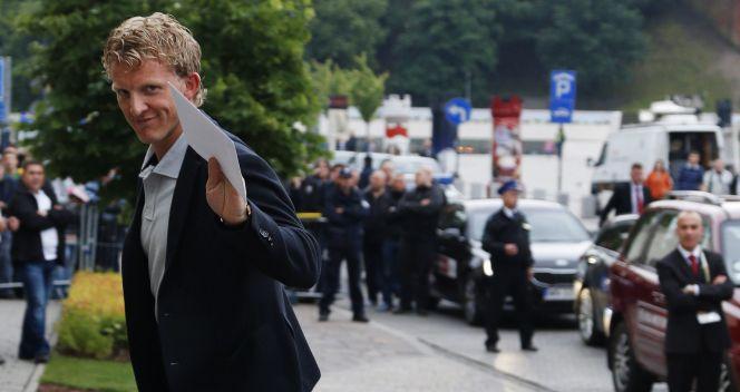 Dirk Kuijt przed krakowskim hotelem Sheraton (fot. PAP/EPA)