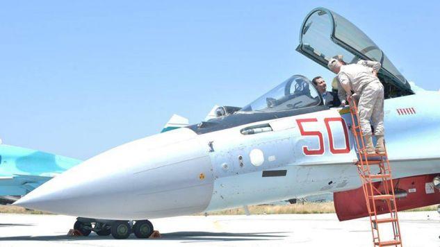 Asad dokonał przeglądu sprzętu wojskowego oraz pozował do zdjęć za sterami rosyjskiego myśliwca Su-35 (fot. SANA/Handout via REUTERS)