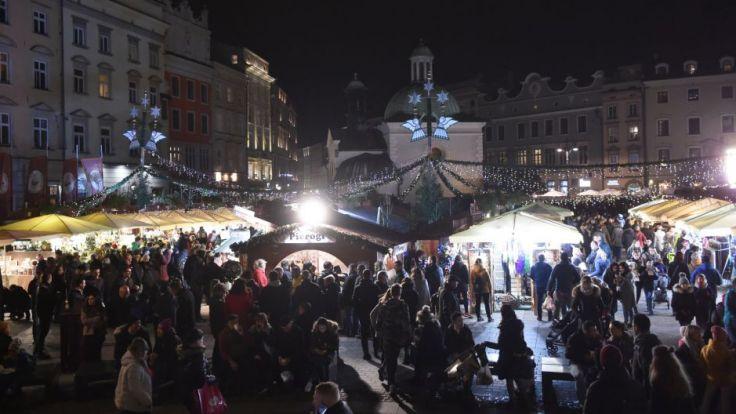 targi organizowane od lat na Rynku Głównym są jedną z atrakcji Krakowa. Fot. arch. PAP/Jacek Bednarczyk