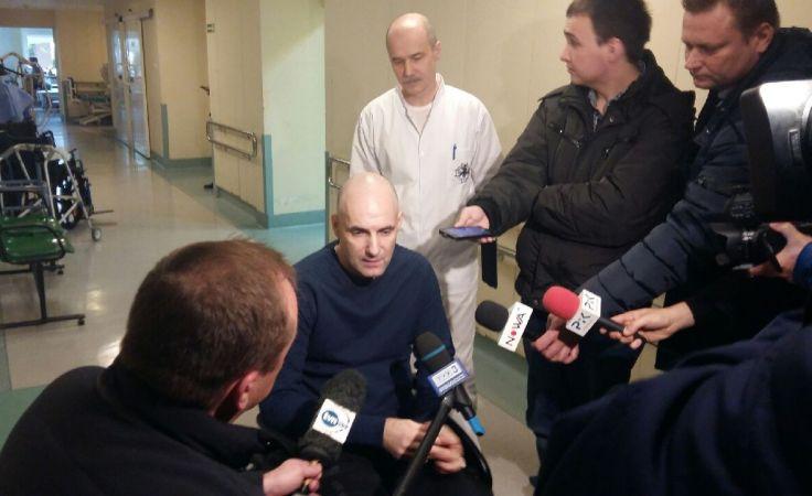 Tomasz Gollob przed opuszczeniem kliniki rehabilitacji nie unikał wypowiedzi dla czekających mediów