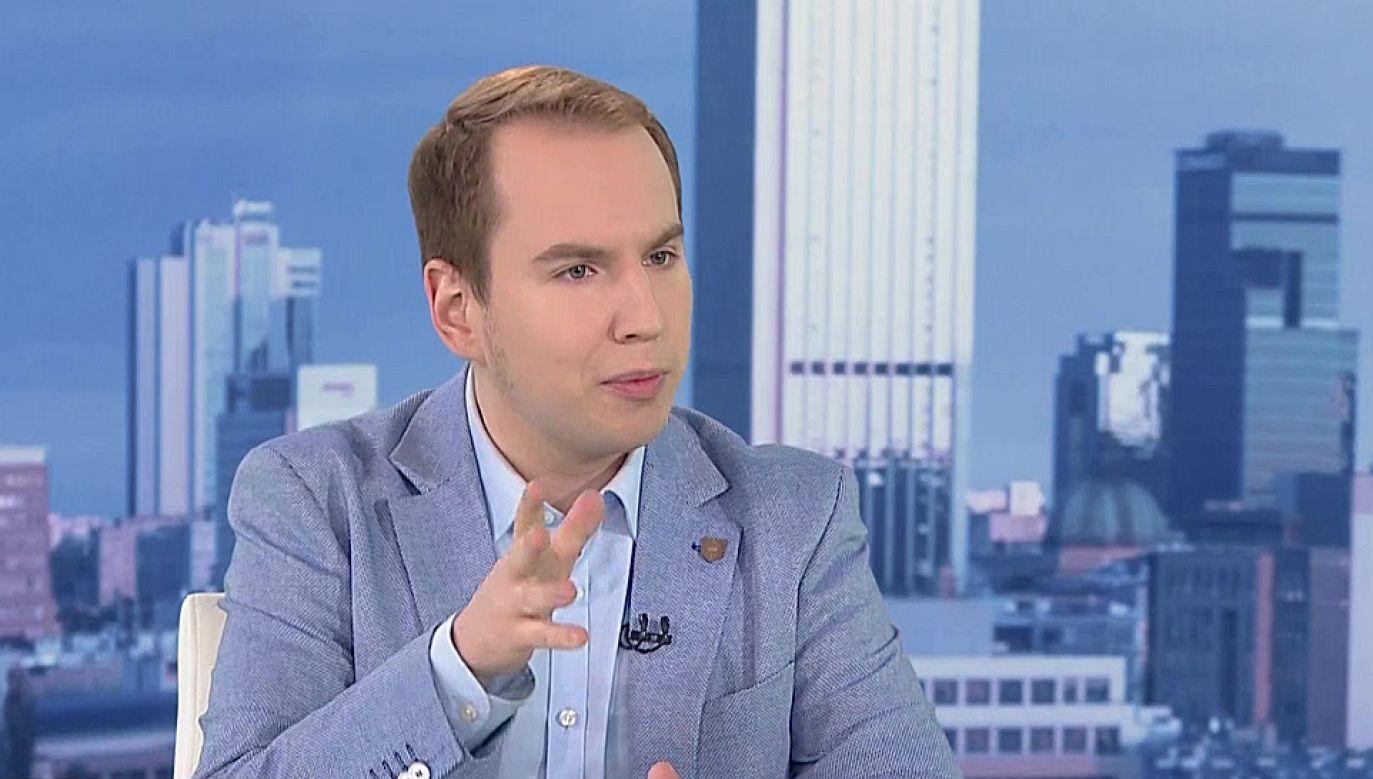 """Adam Andruszkiewicz przekonywał, że działania PO są """"śmieszne i straszne"""" (fot. TVP1)"""