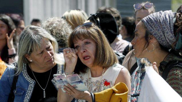 Reakcja zgromadzonych przed sądem w Pampelunie na wyrok (fot: PAP/EPA/Villar Lopez)
