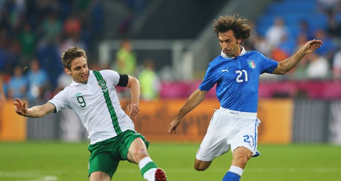 Kevin Doyle i Andrea Pirlo (fot. Getty Images)