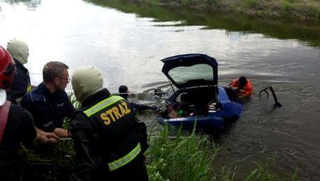 Jedna z dziewcząt wypadła z auta, zanim wylądowało ono w wodzie