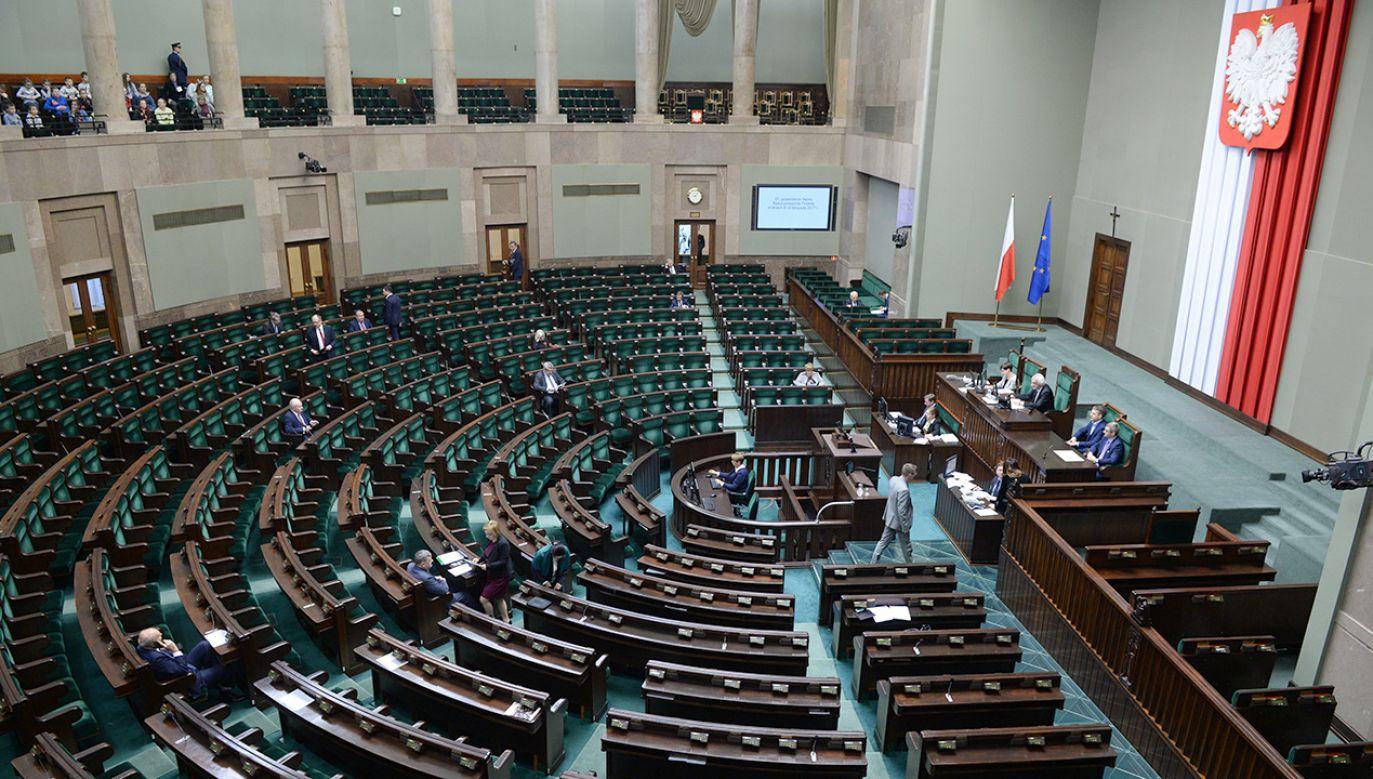 Według ostatniego sondażu CBOS do Sejmu weszłoby pięć partii (fot. PAP/Jacek Turczyk)