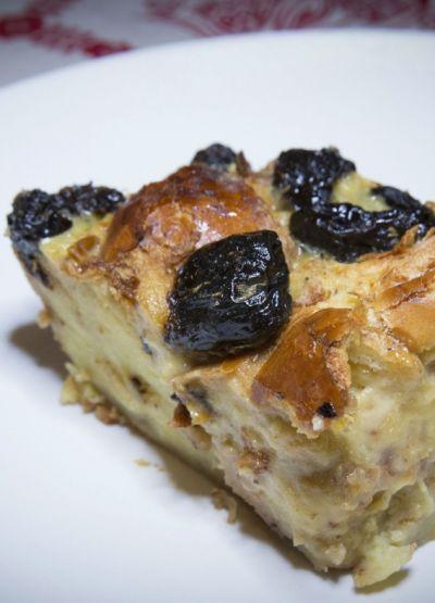 Śliwki suszone zapiekane z porwanym ciastem