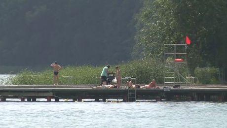 Czerwona flaga nad jeziorem Czos informuje o zagrożeniu