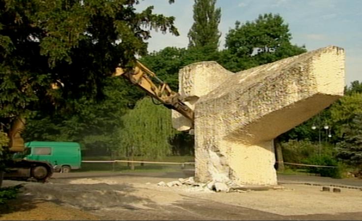Wyburzono pomnik Bohaterów II Wojny Światowej