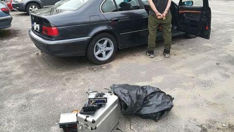 Odzyskane przedmioty i ujęty przez policję 27-latek (fot. KMP Elbląg)