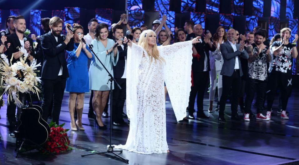 """Artystka pożegnała się z widownią  piosenką """"Ale to już było"""" (fot. TVP)"""
