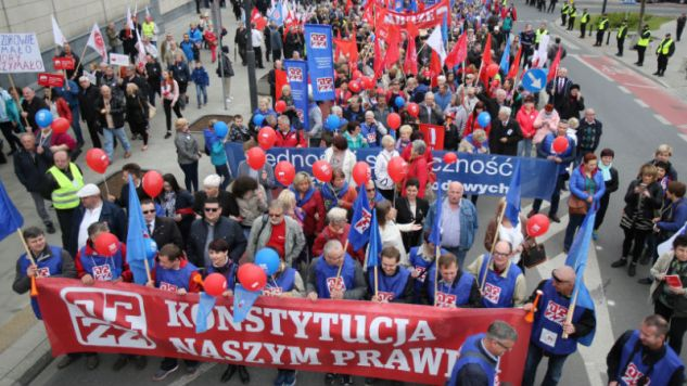 Demonstracja z okazji Święta Pracy i 12. rocznicy wejścia Polski do UE na ulicach Warszawy (fot. PAP/Leszek Szymański)