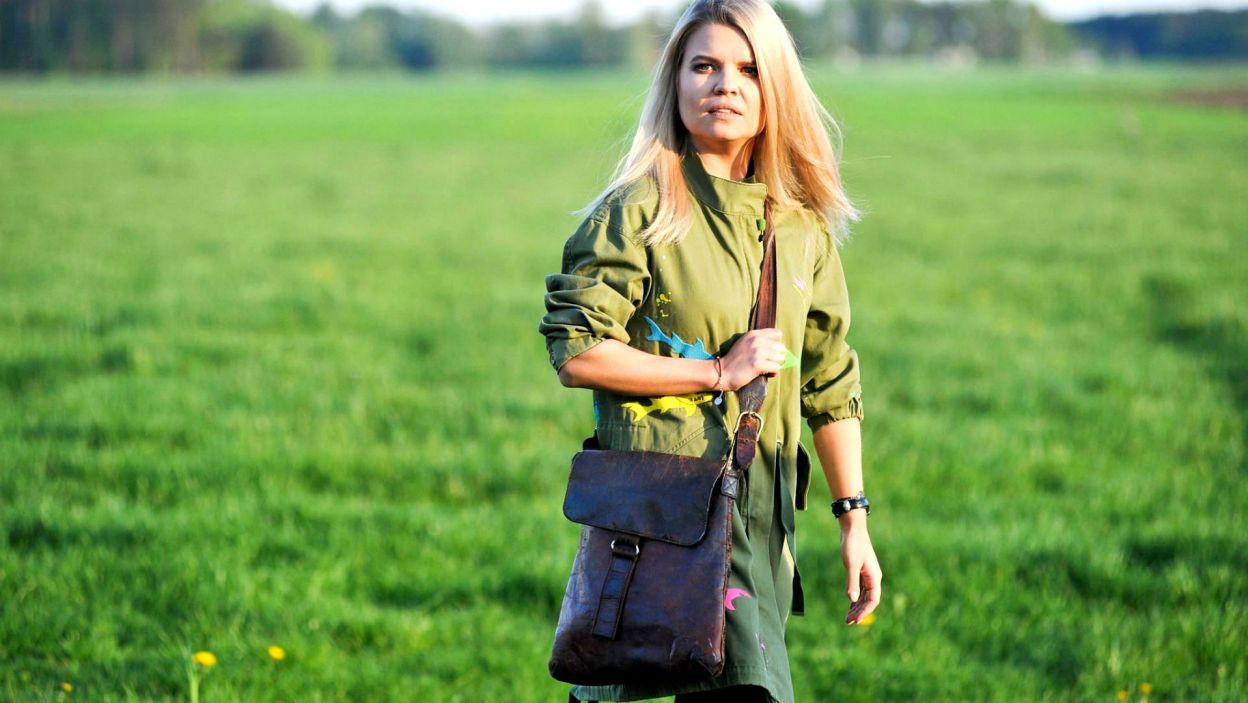 """– Zawsze wierzyłam, że """"Rolnik szuka żony"""" to coś więcej niż program – mówi Marta Manowska i z radością dostarcza rolnikom listy od kandydatów! (fot. TVP)"""