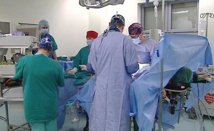 Zespół ortopedów Wojewódzkiego Specjalistycznego Szpitala Dziecięcego w Olsztynie podczas operacji.