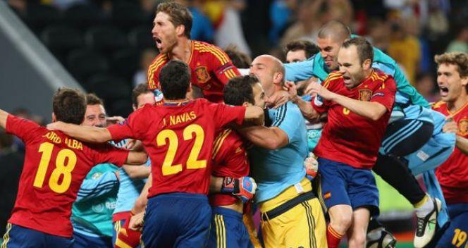 Hiszpanie cieszący się z awansu do finału Euro 2012 (fot. Getty Images)
