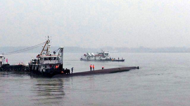 Chiński statek zatonął na rzece Jangcy. Na pokładzie 450 osób. Z wnętrza słychać wołanie o pomoc