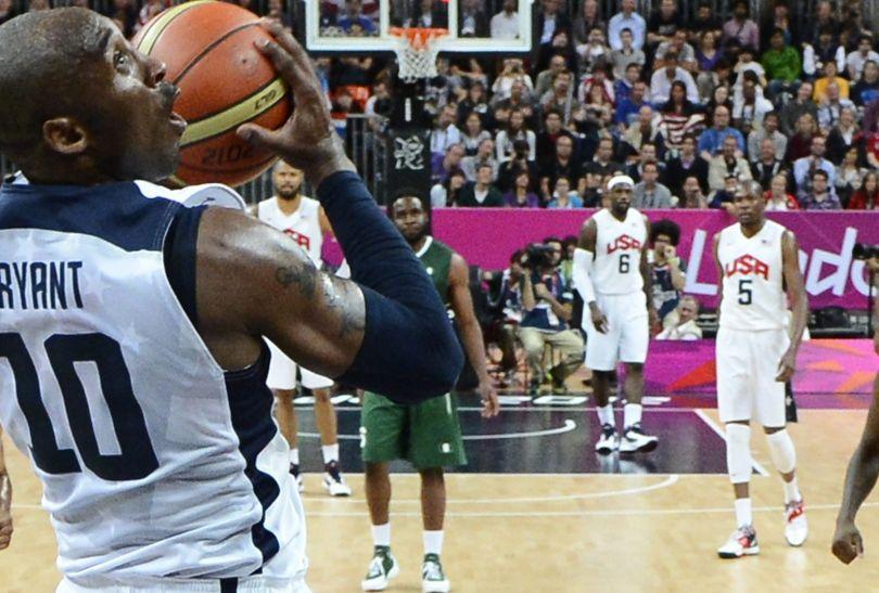 Kobe Bryant rzuca za dwa punkty (fot. PAP/EPA/Larry W. Smith)