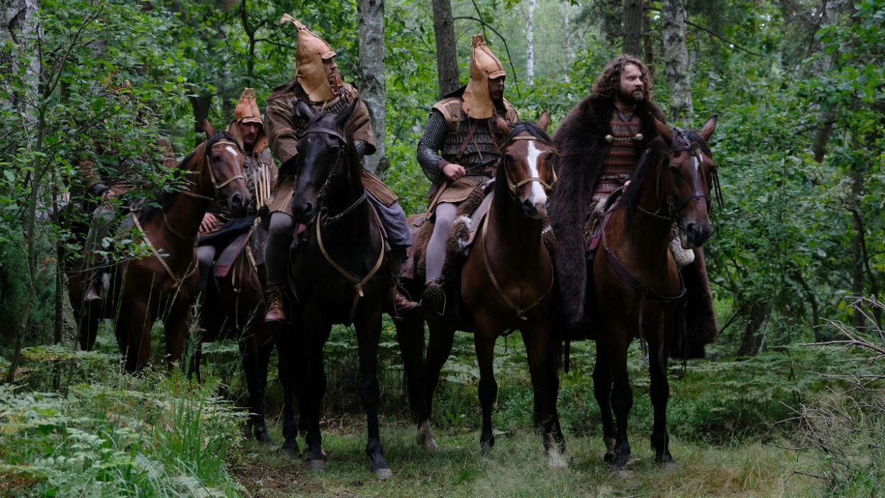 Tymczasem Olgierd postanawia nie wracać na Litwę, po podsłuchaniu tajemniczych Węgrów w karczmie… (fot. Marcin Makowski/TVP)