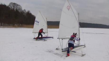 Młodzi żeglarze na lodzie. Wszystko pod czujnym okiem opiekunów