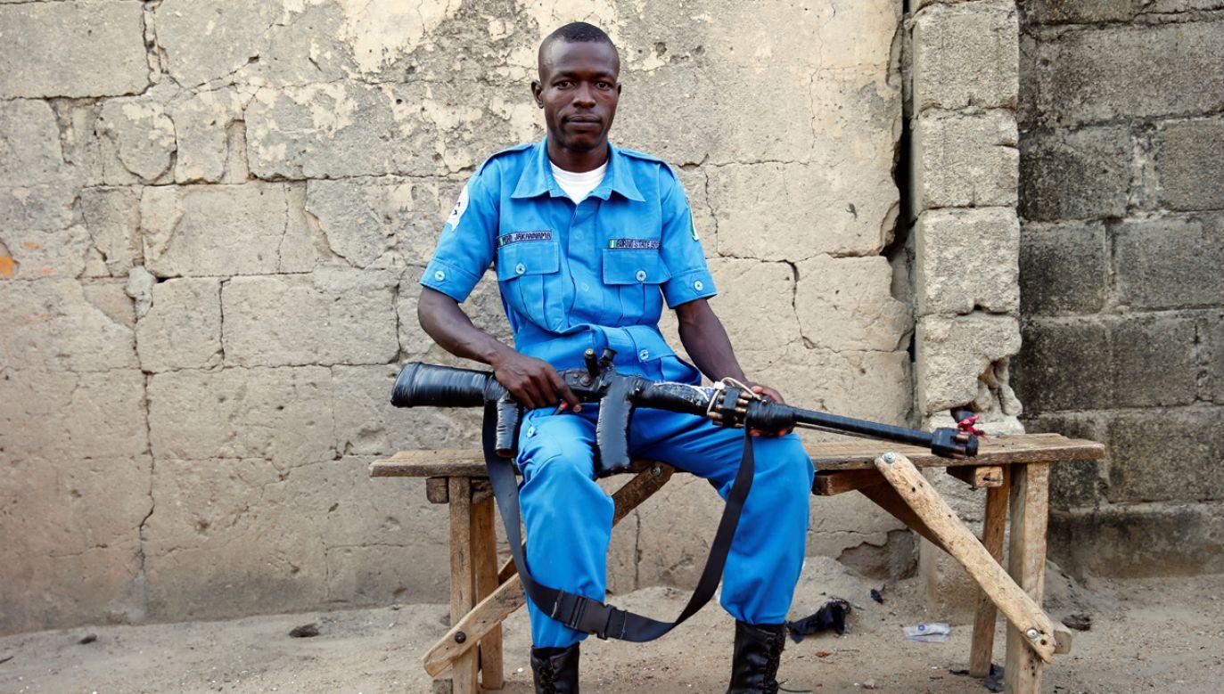 Członek lokalnej milicji (fot. REUTERS/Akintunde Akinleye)