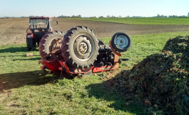 Kobieta zginęła pod wywróconym traktorem (fot. KM PSP Grudziądz)