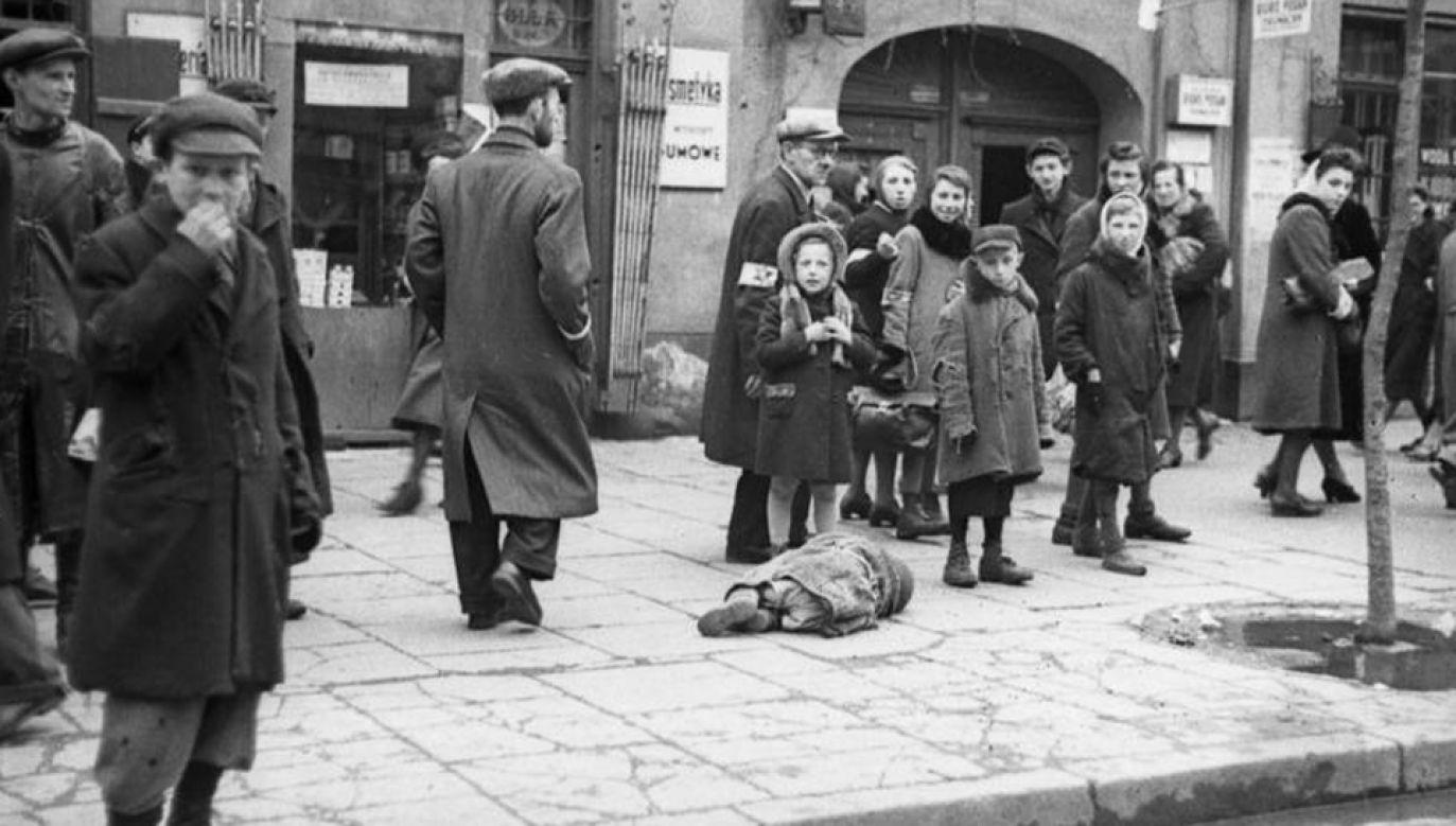 Mieszkańcy getta na ulicy Leszno (1941). Widoczna leżąca ofiara głodu (fot. Wikimedia Commons/Bundesarchiv)
