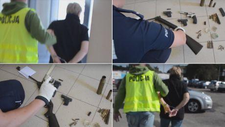 Poza pistoletami i wiatrówką, kobieta trzymała w mieszkaniu m.in. kije baseballowe (fot. YouTube/Pomorska Policja)
