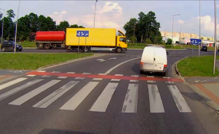Niebezpieczne potrącenie na przejeździe rowerowym